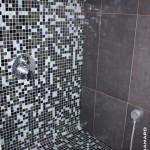 Douche à l'italienne avec banc sur-mesure habillé en mosaïque Nantes