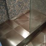 Sol de douche carrelage effet métallisé et murs en mosaïque Londres