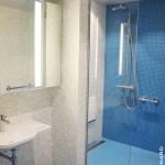 Salle de bain aménagée sénior siège barres de maintien sol mosaïque Bisazza (antidérapant) Vertou (1)