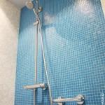 Salle de bain aménagée sénior siège barres de maintien sol mosaïque Bisazza (antidérapant) Vertou (2)